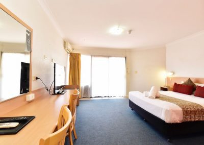 diplomat motel alice springs accommodation standard queen room8 copy 400x284 - Standard Queen
